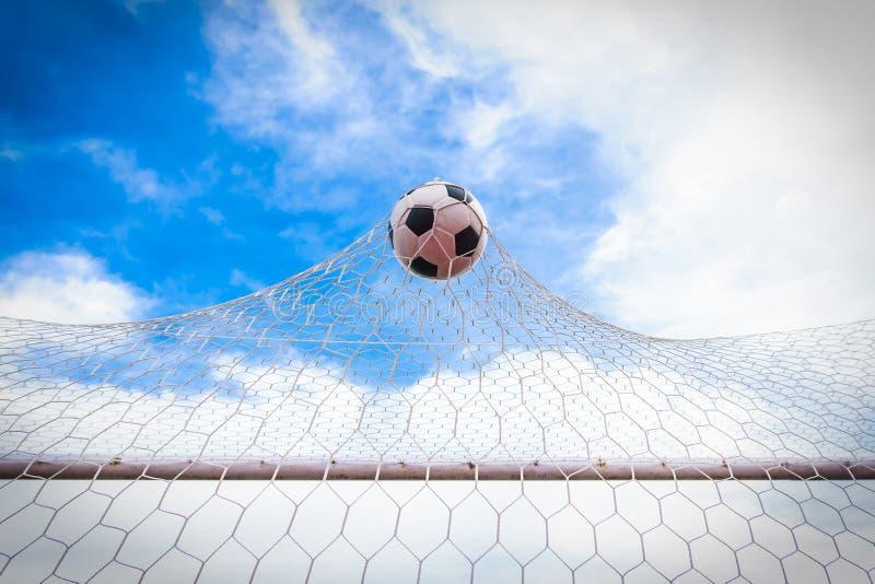 Ποδόσφαιρο στο στόχο καθαρό στοκ φωτογραφίες