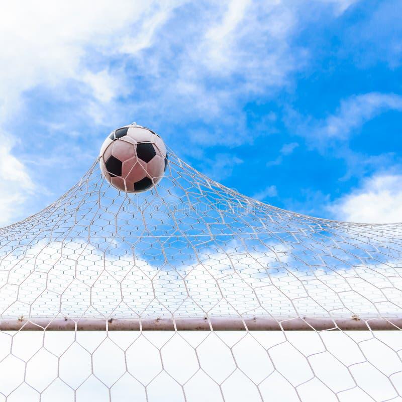 Ποδόσφαιρο στο στόχο καθαρό στοκ εικόνες