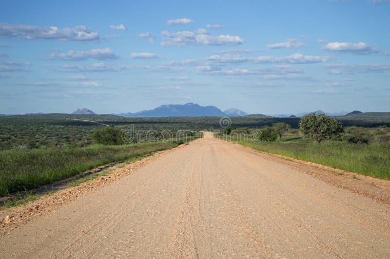 Πολύβλαστο τοπίο βουνών με την εθνική οδό, Ναμίμπια στοκ φωτογραφίες