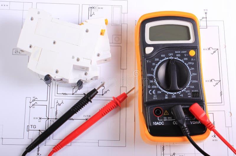 Πολύμετρο και ηλεκτρική θρυαλλίδα στο κατασκευαστικό σχέδιο στοκ εικόνες με δικαίωμα ελεύθερης χρήσης