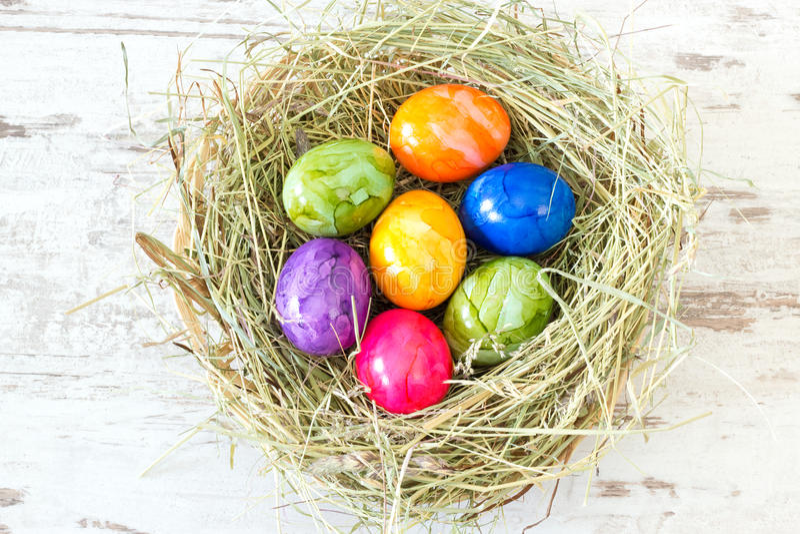 Πολύχρωμα αυγά Πάσχας σε μια φωλιά στοκ εικόνες