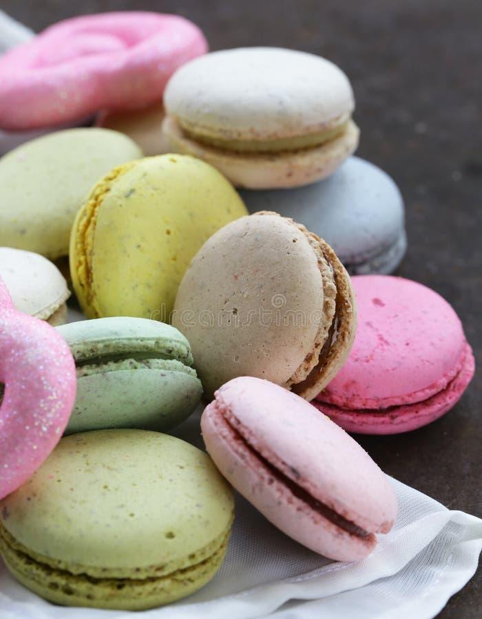 Πολύχρωμα γαλλικά macaroons μπισκότων αμυγδάλων στοκ εικόνες με δικαίωμα ελεύθερης χρήσης