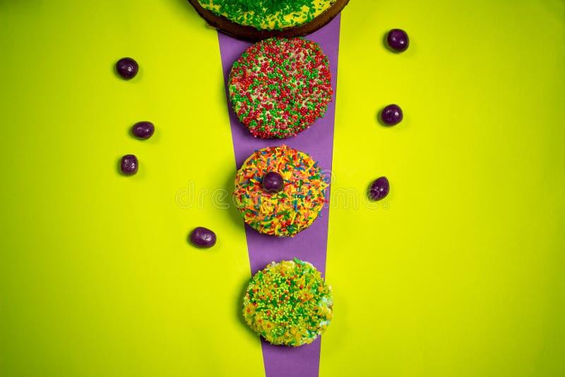 Πολύχρωμα κέικ μελοψωμάτων Πάσχας, καραμέλες ζάχαρης, φωτεινό υπόβαθρο, φωτογραφία εορτασμού στοκ εικόνα