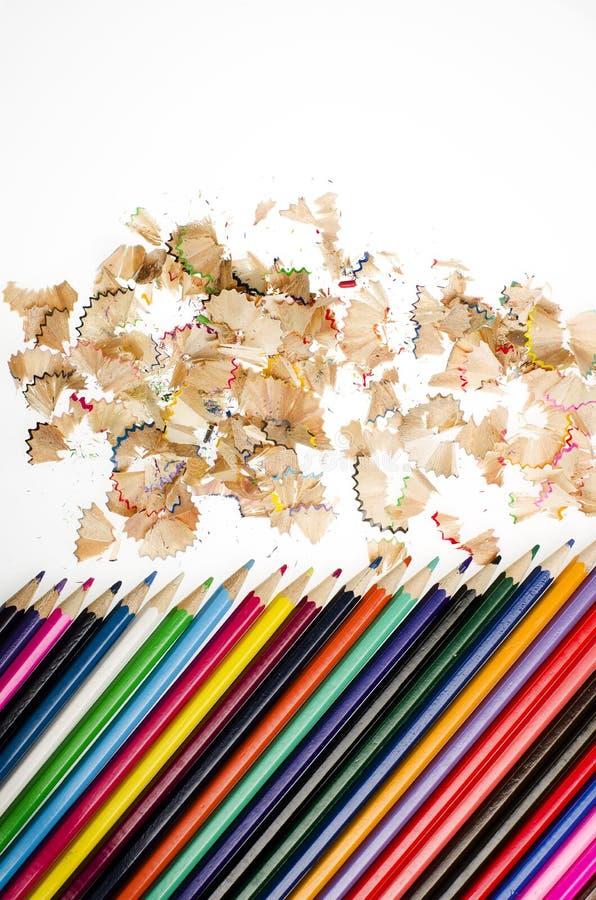 Πολύχρωμα μολύβια και ξέσματα στο άσπρο υπόβαθρο στοκ φωτογραφία