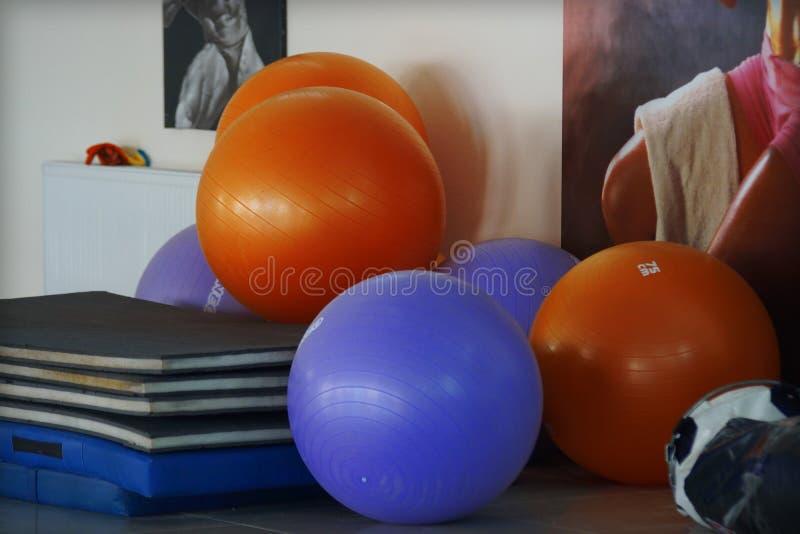 Πολύχρωμα fitballs στη γυμναστική για τη αερόμπικ στοκ φωτογραφίες