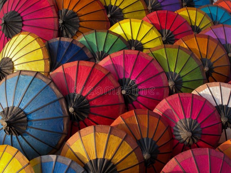 Πολύχρωμα parasols σε μια αγορά, Λάος στοκ φωτογραφίες