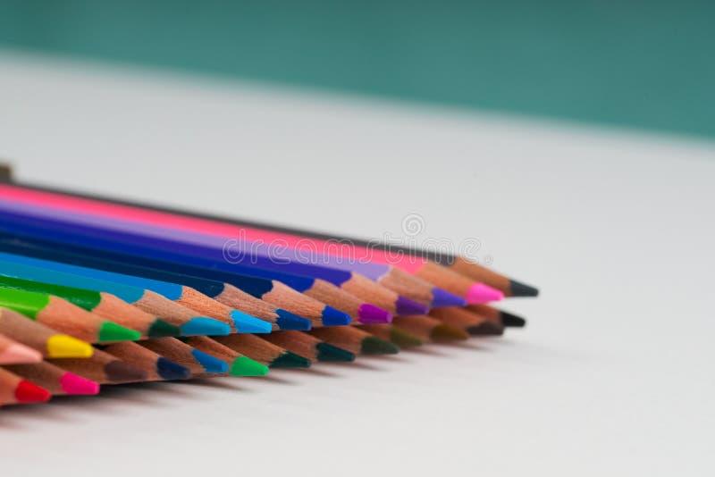 Πολύχρωμα pensils στο κιβώτιο στη Λευκή Βίβλο στοκ εικόνες