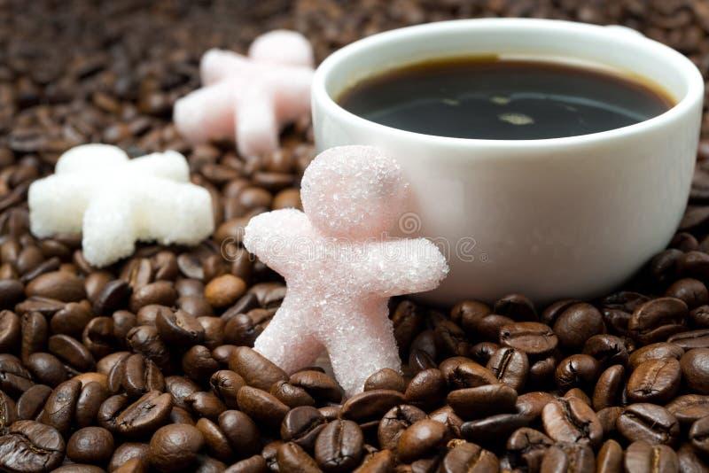 Πολύχρωμη ζάχαρη υπό μορφή μικρών ατόμου και καφέ στοκ φωτογραφία με δικαίωμα ελεύθερης χρήσης
