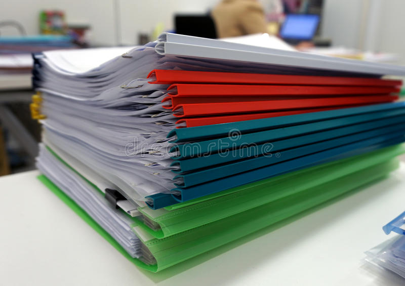 Πολύχρωμο πλαστικό αρχείο κορυφογραμμών με τα έγγραφα στοκ εικόνα με δικαίωμα ελεύθερης χρήσης