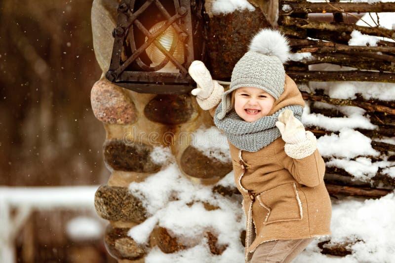 Πολύ γλυκό όμορφο παιδί μικρών κοριτσιών σε μια μπεζ σταυροφορία α παλτών στοκ φωτογραφία με δικαίωμα ελεύθερης χρήσης