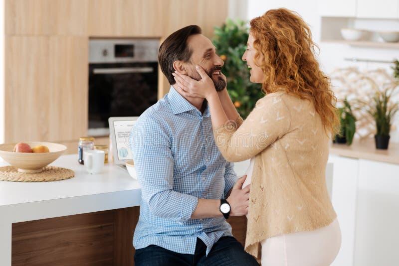 Πολύ ευτυχής σύζυγος που αγκαλιάζει το σύζυγό της στοκ φωτογραφία με δικαίωμα ελεύθερης χρήσης