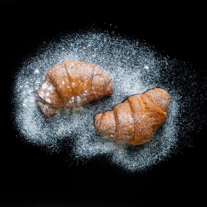 Πολύ νόστιμα croissants σε ένα φύλλο ψησίματος στοκ φωτογραφίες με δικαίωμα ελεύθερης χρήσης