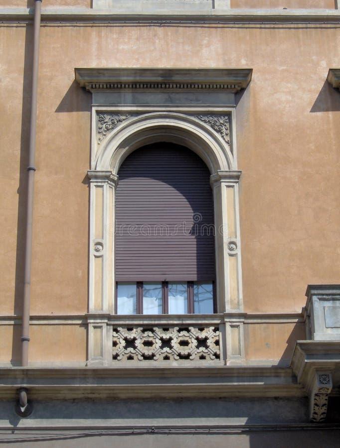 Πολύ συμπαθητικό χαρακτηριστικό παράθυρο Mantova, Ιταλία στοκ εικόνα