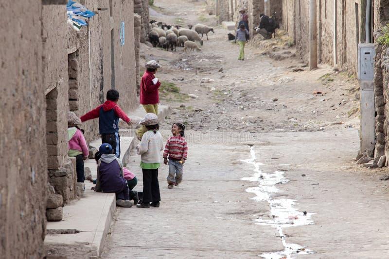 Πολύ φτωχά περουβιανά παιδιά που παίζουν ευτυχώς στοκ εικόνες