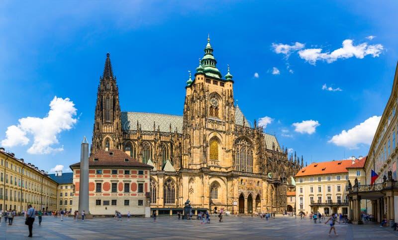 Πράγα, γοτθικοί πύργοι κουδουνιών και καθεδρικός ναός του ST Vitus Το ST Vitus είναι Ρωμαίος - καθολικός καθεδρικός ναός στην Πρά στοκ εικόνες
