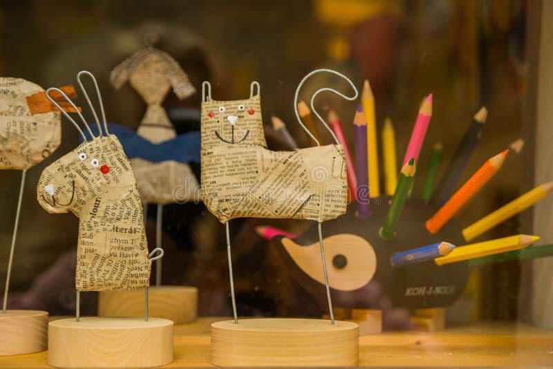 Πράγα, Δημοκρατία της Τσεχίας: Αναμνηστικά για τους τουρίστες: παιχνίδια και κούκλες μολυβιών Αγαθά για το σχολείο στα ράφια υπερ στοκ εικόνες