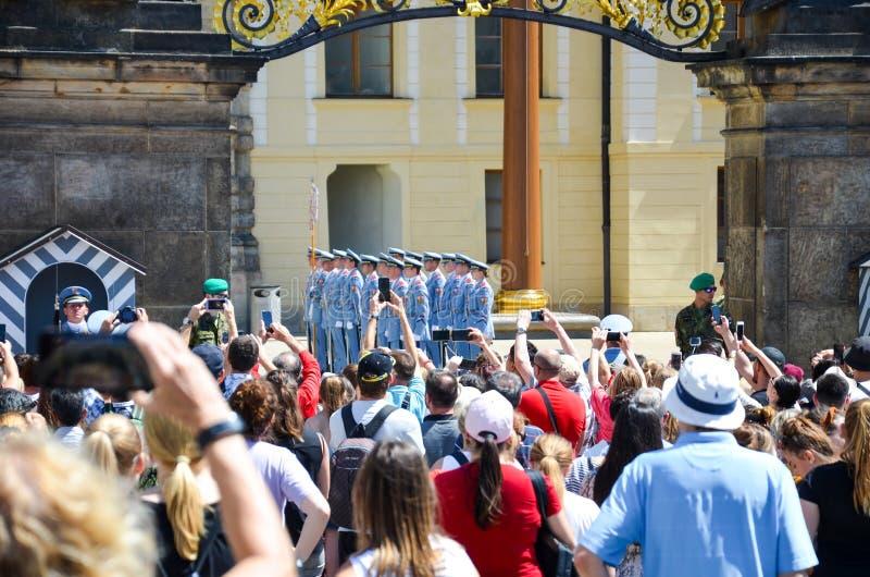 Πράγα, Δημοκρατία της Τσεχίας - 27 Ιουνίου 2019: Πλήθος που προσέχει την αλλαγή της φρουράς τιμής μπροστά από το Κάστρο της Πράγα στοκ φωτογραφία με δικαίωμα ελεύθερης χρήσης