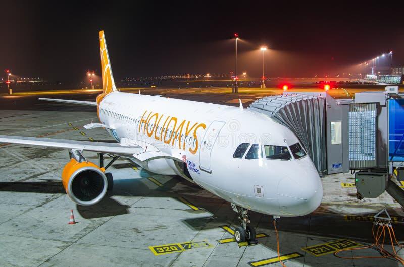 Πράγα, Δημοκρατία της Τσεχίας - 2 Νοεμβρίου 2012 Διακοπές αεροπλάνων από CSA που περιμένει τη νύχτα τους επιβιβαμένος επιβάτες στοκ φωτογραφίες