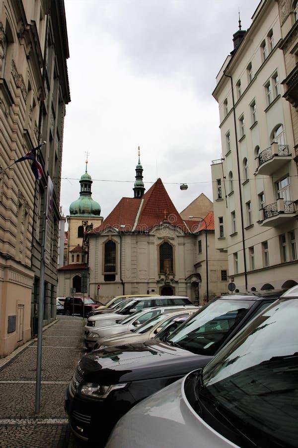 Πράγα, Δημοκρατία της Τσεχίας, τον Ιανουάριο του 2015 Άποψη της ιστορικής στενής οδού με τους θόλους του καθεδρικού ναού και των  στοκ φωτογραφία με δικαίωμα ελεύθερης χρήσης