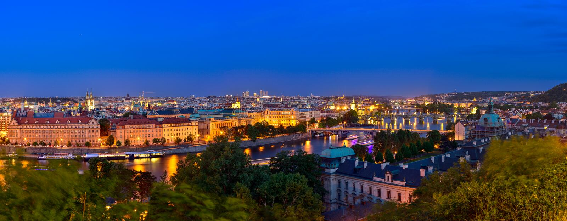 Πράγα στην μπλε ώρα στο πανόραμα βραδιού με το φως πόλεων στοκ εικόνα