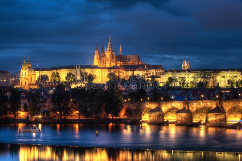 Πράγα στο έπος suset, τη γέφυρα του Charles και το κάστρο της Πράγας στοκ φωτογραφίες με δικαίωμα ελεύθερης χρήσης