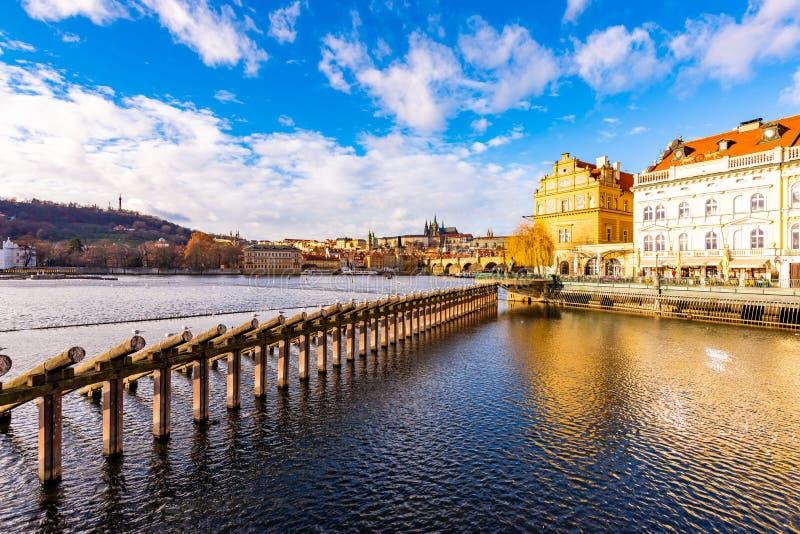 Πράγα, Τσεχία: Κοιτάξτε στη γέφυρα του Charles και το κάστρο της Πράγας μέσα μακριά Ηλιόλουστη χειμερινή ημέρα κοντά στον ποταμό  στοκ εικόνες