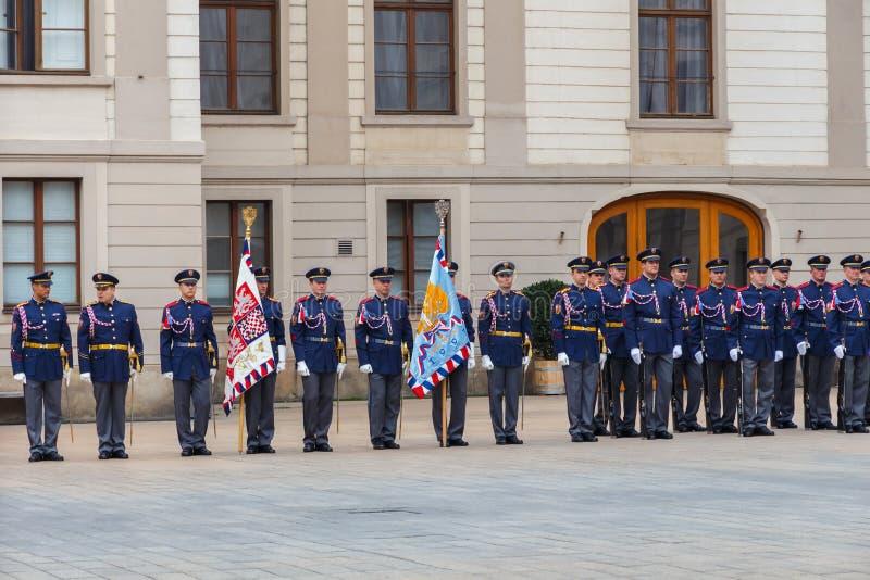 Πράγα Φρουρά στρατιωτών της τιμής κοντά στο προεδρικό παλάτι στοκ φωτογραφία με δικαίωμα ελεύθερης χρήσης