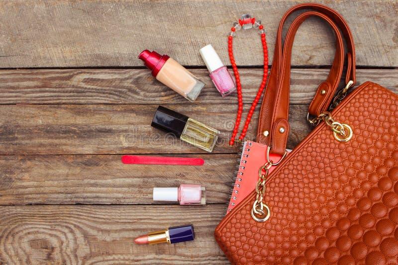Πράγματα από την ανοικτή γυναικεία τσάντα στοκ εικόνα με δικαίωμα ελεύθερης χρήσης