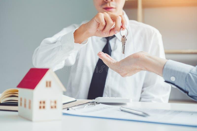 Πράκτορας πώλησης που δίνει το βασικό σπίτι στη σύμβαση συμφωνίας πελατών και σημαδιών, έννοια ασφαλιστικών σπιτιών στοκ φωτογραφία με δικαίωμα ελεύθερης χρήσης