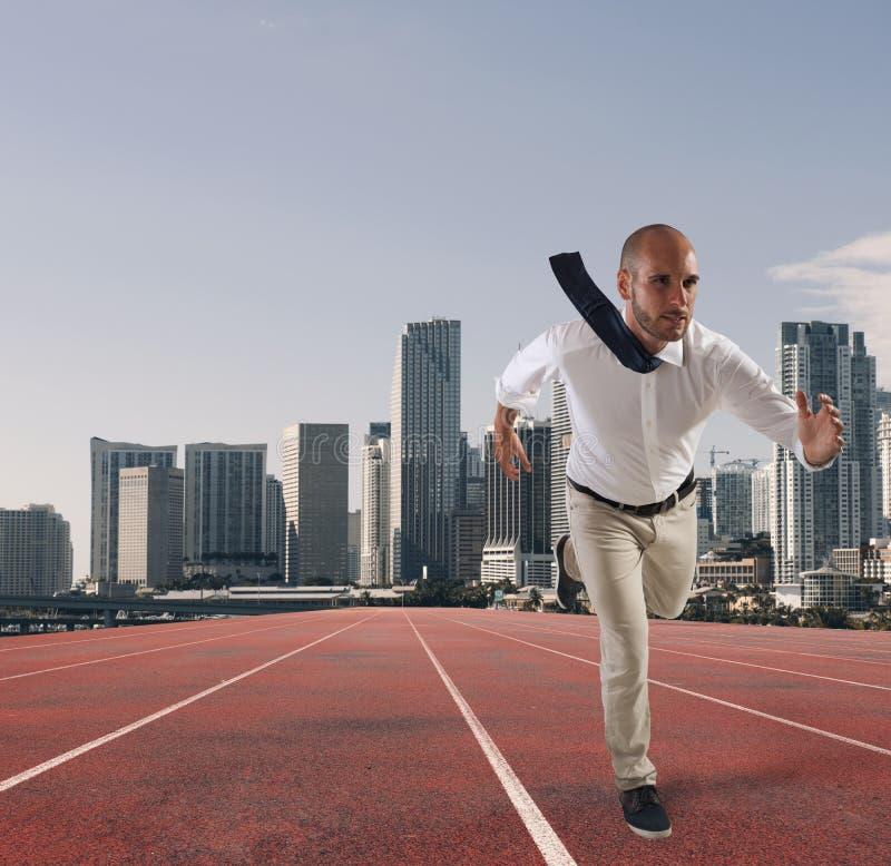 Πράξεις επιχειρηματιών όπως έναν δρομέα Ανταγωνισμός και πρόκληση στην επιχειρησιακή έννοια στοκ φωτογραφία
