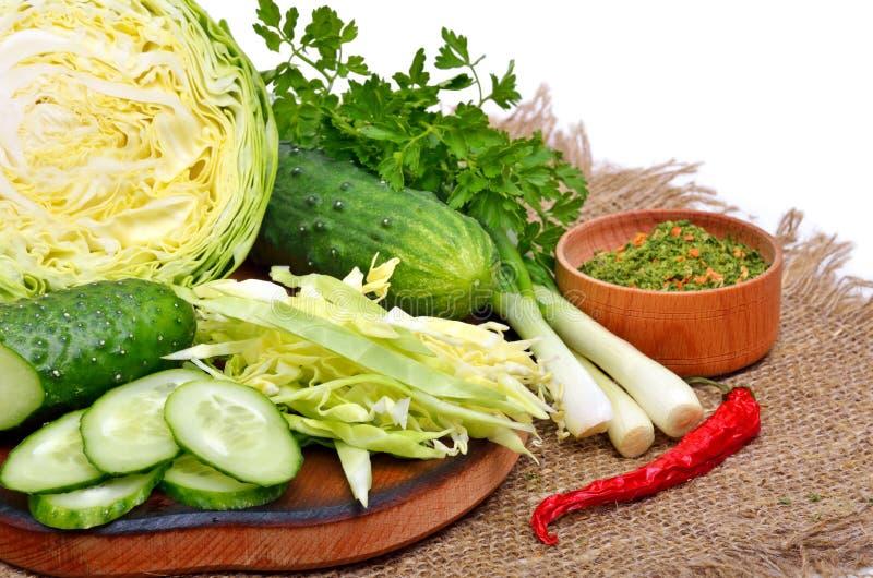 Πράσινα λαχανικά στον τέμνοντα πίνακα στοκ φωτογραφία με δικαίωμα ελεύθερης χρήσης