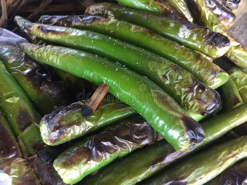 Πράσινα γλυκά τσίλι που ψήνονται στη σχάρα στοκ εικόνες