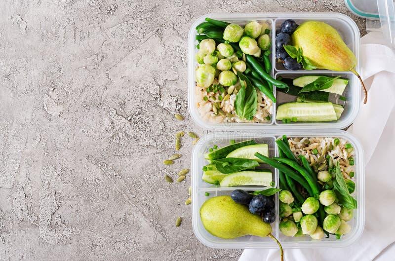 Πράσινα εμπορευματοκιβώτια προετοιμασιών γεύματος Vegan με το ρύζι, πράσινα φασόλια, Βρυξέλλες - νεαροί βλαστοί στοκ εικόνα