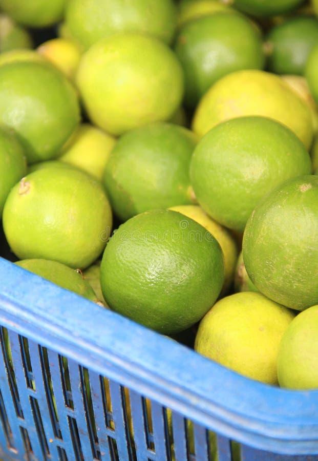 Πράσινα λεμόνια σε μια αγορά φρούτων και λαχανικών. στοκ εικόνες