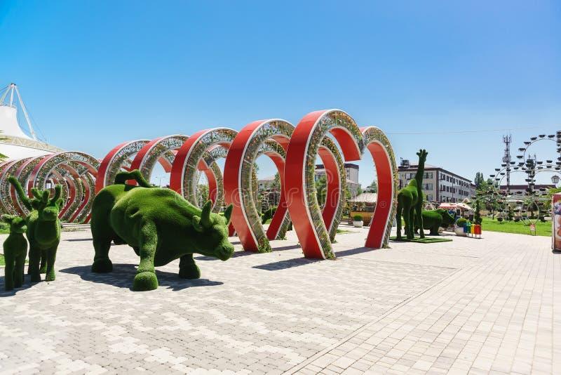 Πράσινα ζωικά γλυπτά και διακοσμητικές αψίδες στο πάρκο λουλουδιών στο κέντρο της νότιας πόλης στοκ εικόνες