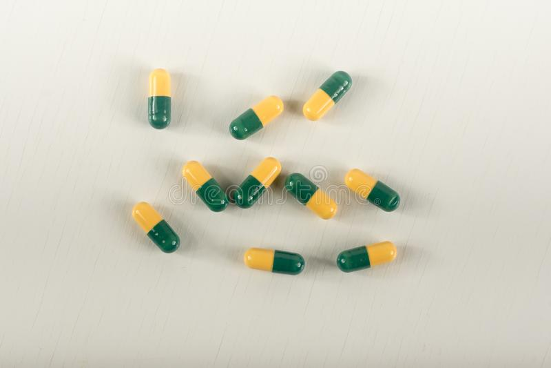 Πράσινα, κίτρινα χάπια καψών tramadol στο άσπρο υπόβαθρο Κάψες δολοφόνων πόνου αποκαλούμενες στοκ εικόνες με δικαίωμα ελεύθερης χρήσης