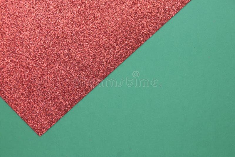 Πράσινα και gleaming κόκκινα Χριστούγεννα ή νέο υπόβαθρο έτους με το minimalistic σχέδιο στοκ εικόνες με δικαίωμα ελεύθερης χρήσης