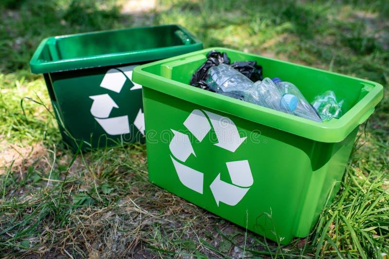 πράσινα κιβώτια ανακύκλωσης με την πλαστική στάση απορριμμάτων στοκ εικόνα με δικαίωμα ελεύθερης χρήσης