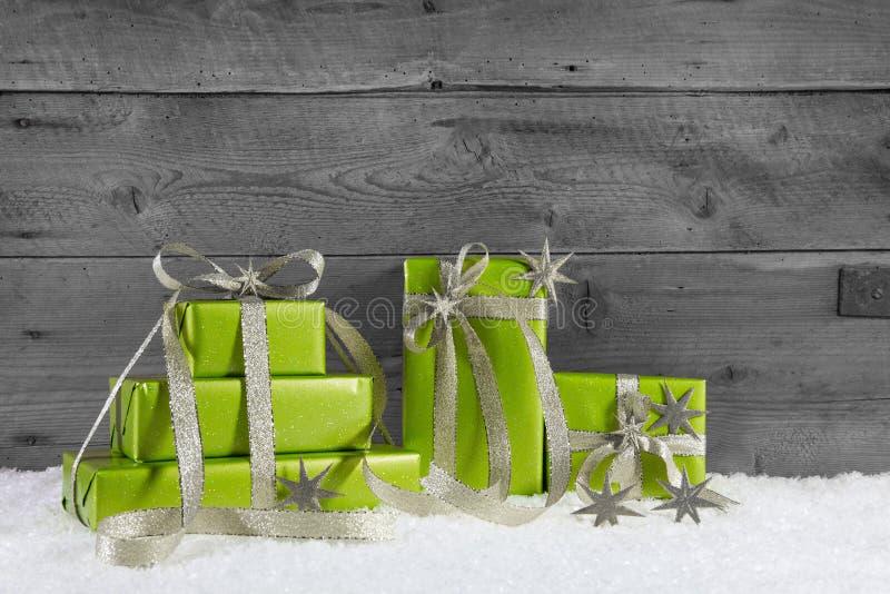 Πράσινα κιβώτια δώρων για τα Χριστούγεννα στο γκρίζο shabby υπόβαθρο στοκ φωτογραφία με δικαίωμα ελεύθερης χρήσης