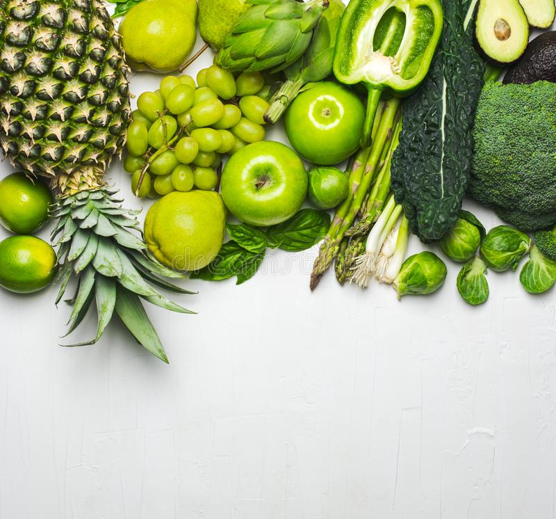 Πράσινα λαχανικά και φρούτα σε ένα άσπρο υπόβαθρο φρέσκα οργανικά προϊόντα στοκ φωτογραφία με δικαίωμα ελεύθερης χρήσης