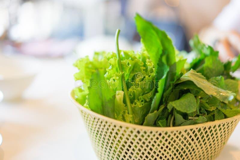 Πράσινα λαχανικά σε ένα καλάθι σε έναν πίνακα για το μεσημεριανό γεύμα στοκ φωτογραφίες με δικαίωμα ελεύθερης χρήσης
