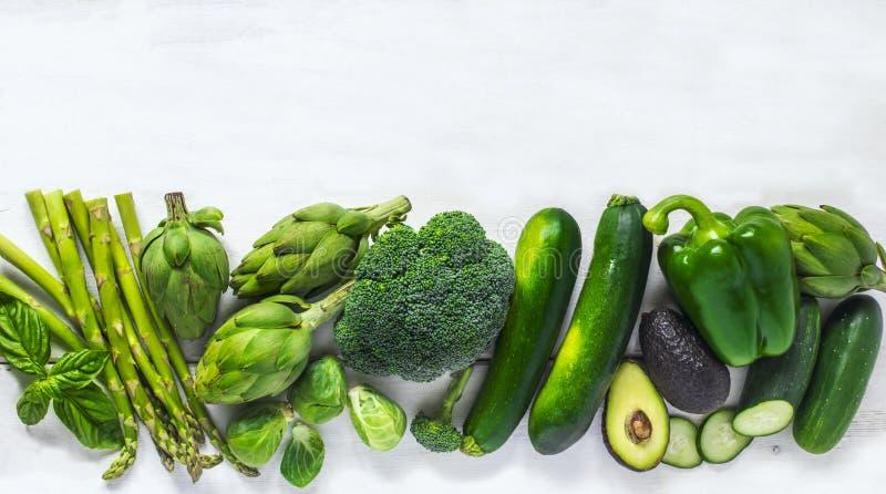 Πράσινα λαχανικά σε μια άσπρη ανασκόπηση τρόφιμα υγιή Τοπ όψη στοκ φωτογραφία με δικαίωμα ελεύθερης χρήσης
