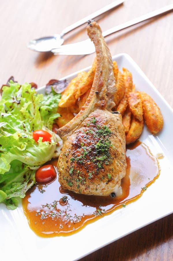 πράσινα λαχανικά φύλλων σαλάτας χοιρινού κρέατος μπριζολών στοκ φωτογραφία με δικαίωμα ελεύθερης χρήσης
