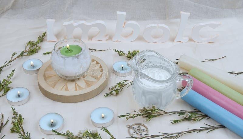 Πράσινα λουλούδια, κεριά βωμών για το Σάββατο Imbolc στοκ φωτογραφία με δικαίωμα ελεύθερης χρήσης