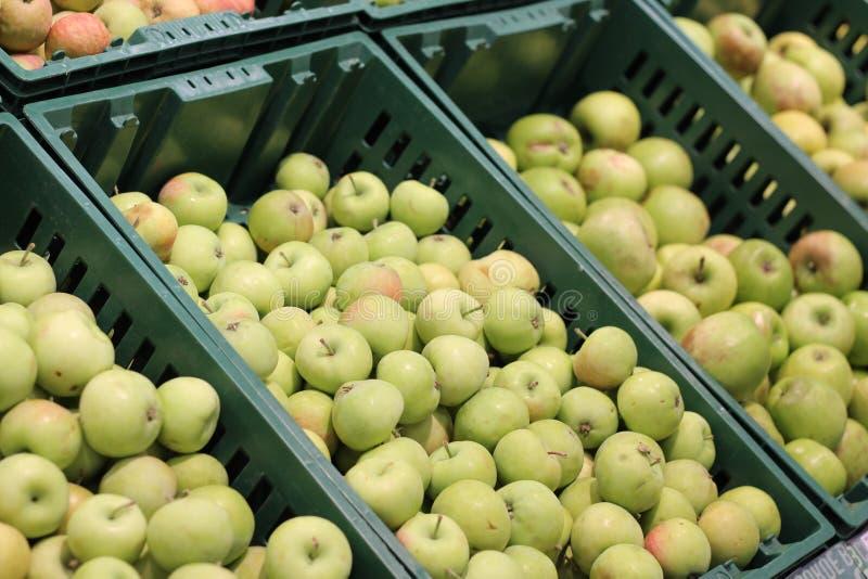 Πράσινα μήλα σε πλαστικά κουτιά στο σούπερ μάρκετ στοκ φωτογραφίες με δικαίωμα ελεύθερης χρήσης