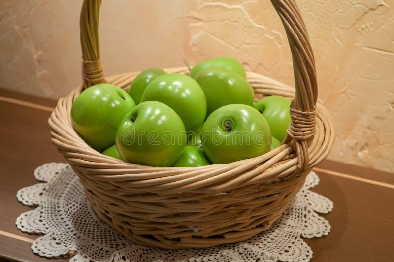 Πράσινα μήλα στο καλάθι στοκ φωτογραφία