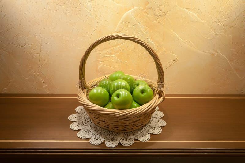 Πράσινα μήλα στο καλάθι στοκ φωτογραφίες με δικαίωμα ελεύθερης χρήσης
