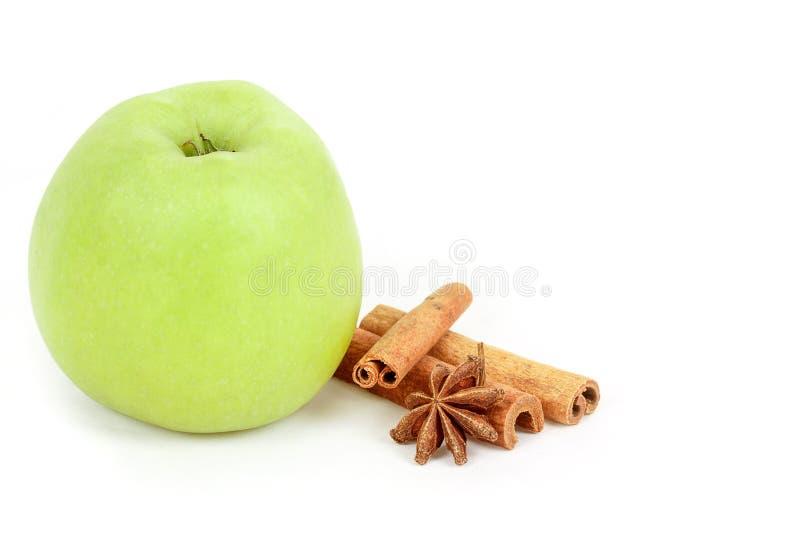 Πράσινα μήλο και καρυκεύματα που απομονώνονται σε ένα άσπρο υπόβαθρο στοκ εικόνα