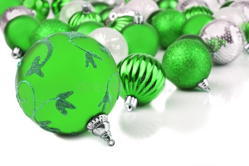 Πράσινα μπιχλιμπίδια διακοσμήσεων Χριστουγέννων στο λευκό στοκ φωτογραφία