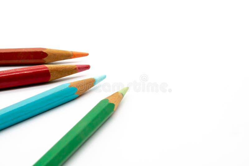 Πράσινα, μπλε, πορτοκαλιά και ρόδινα μολύβια χρώματος που απομονώνονται στη λευκιά ΤΣΕ στοκ φωτογραφία με δικαίωμα ελεύθερης χρήσης